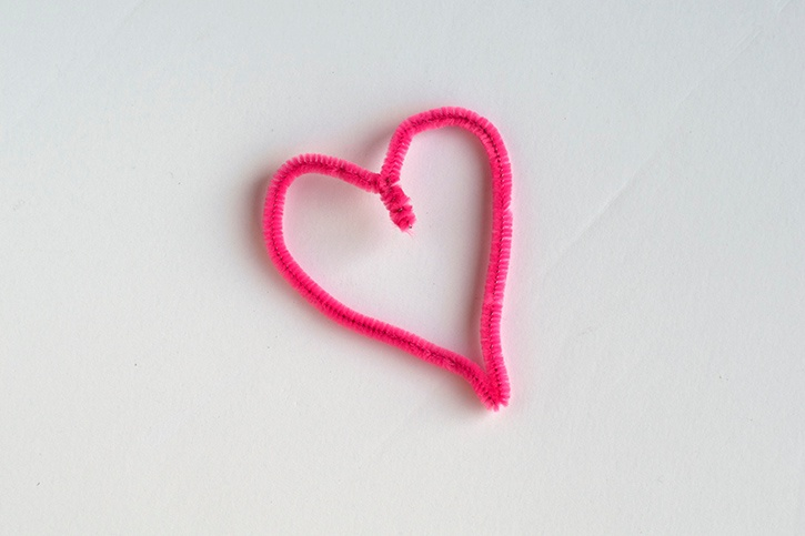 pom-pom-valentines-day-card-pipe-cleaner-heart.jpg