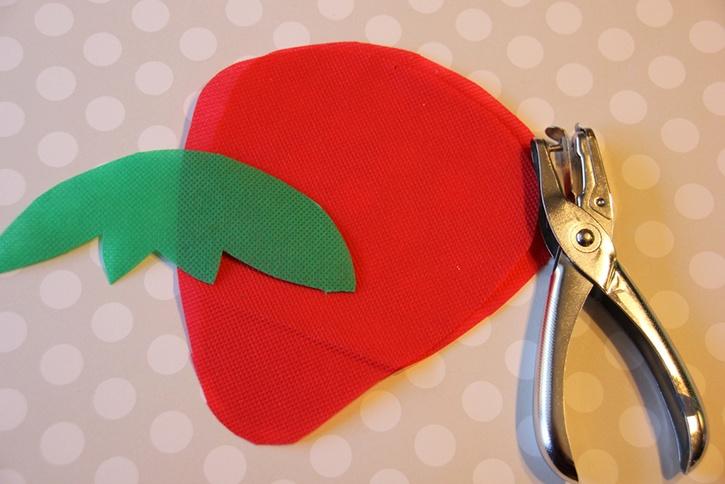 strawberry-bag-summer-kids-crafts-step1.jpg