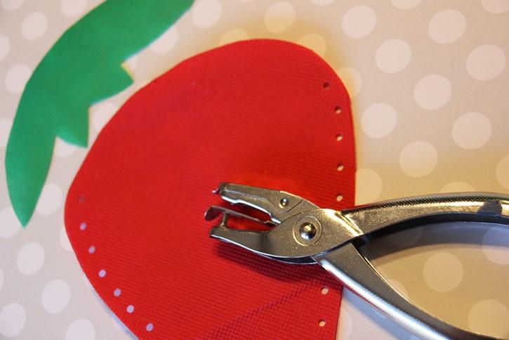 strawberry-bag-summer-kids-crafts-step2.jpg