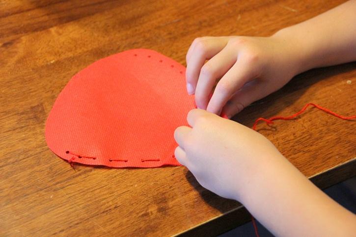 strawberry-bag-summer-kids-crafts-step3.jpg