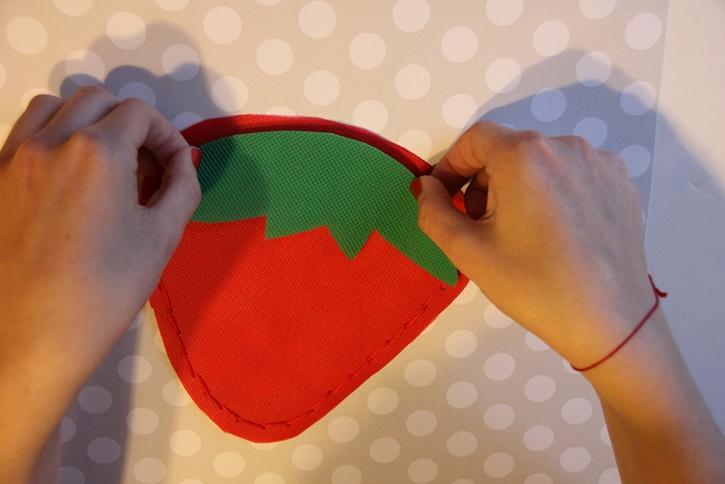 strawberry-bag-summer-kids-crafts-step4.jpg