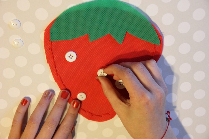 strawberry-bag-summer-kids-crafts-step5.jpg