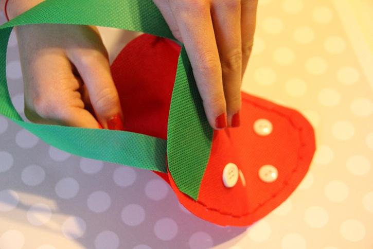 strawberry-bag-summer-kids-crafts-step6.jpg