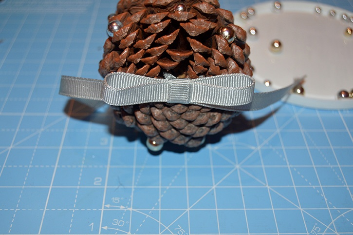 Glue-Dots-Pinecone-Ornament-bow