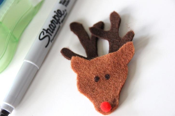 glue-dots-christmas-felt-finger-puppets-reindeer-face.jpg